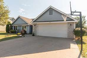 544 Brentwood Dr Lawrence, KS listing photo #2